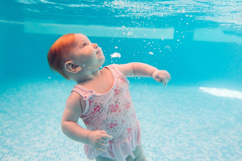 Bebè in acqua: i benefici del nuoto neonatale